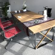 Tisch mit einer Bambusplatte und Chromfüßen