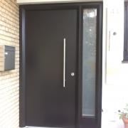 Zweifarbig lackierte Haustür mit Seitenteil