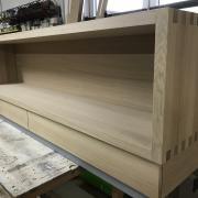 Eiche Sideboard mit Fingerzinken und integrierten Schubladen im Sockel bereich.